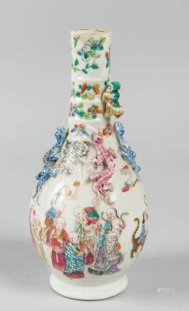 Vase en porcelaine de chine, anse représentant des chiens de fô H : 17 cm (manq