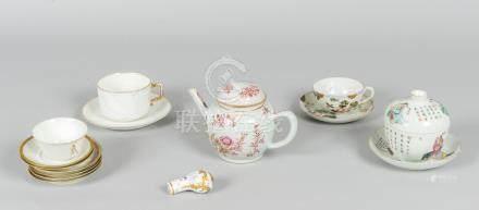 Lot en porcelaine comprenant :  - une théière en porcelaine de Chine (manque pr