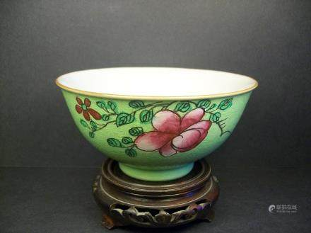 A FINE AND RARE ANTIQUE CHINESE FAMILLE ROSE FLOWER ABELMOSCHUS ESCULENTUS GREEN PORCELAIN BOWL