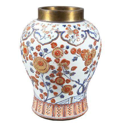 Large Chinese vase in Imari porcelain with relief decoration