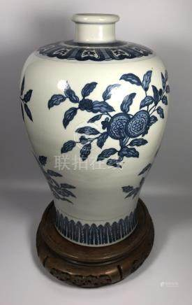 A LARGE 19TH/20TH CENTURY CHINESE BLUE AND WHITE KANGXI STYLE BALUSTER FORM VASE DECORATED WITH