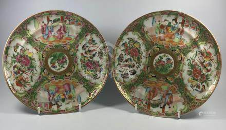 A PAIR OF 19TH CENTURY CHINESE CANON FAMILLE ROSE MEDALLION PLATES, WIDTH 22CM