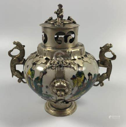 AN UNUSUAL CHINESE PORCELAIN LIDDED INCENSE BURNER VASE WITH WHITE METAL MOUNTS AND MONKEY DESIGN