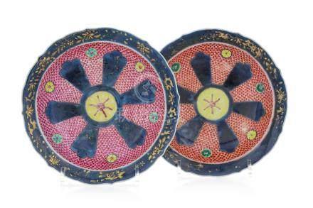 2 assiettes en porcelaine - Chine - époque Yongzheng - diam. 20 cm / 2 powder blue and famille