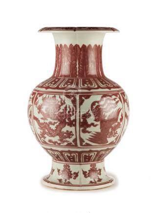 Vase en porcelaine au décor en rouge sous couverte - Chine - h. 41 cm / A porcelain vase - China -
