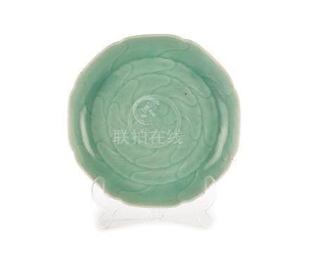 Plat floriforme en porcelaine à glaçure céladon - Chine - probablement dynastie Qing - diam. 33 cm /