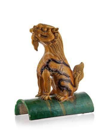 Tuile faîtière en céramique à glaçure sancai surmontée d'un chien de Fô - Chine - h. 36 cm / A
