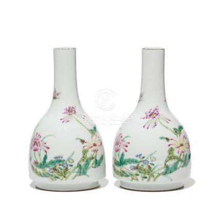 Paire de vases en porcelaine - Chine - décor de fleurs et papillons - marque Qianlong sous les bases