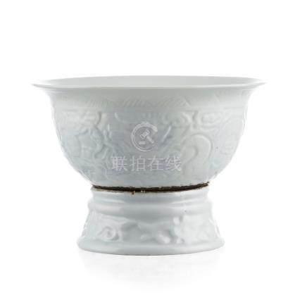 Bol solidaire à un socle tournant en porcelaine - Chine - XXe s. - diam. 14 - 5 cm et h. 10 cm (