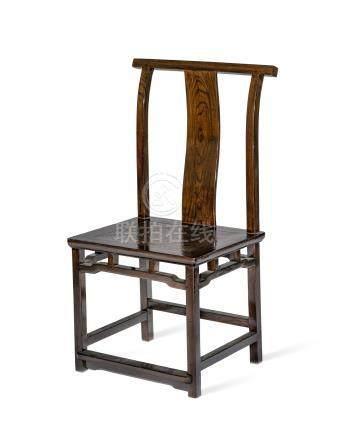 Chaise de style Ming - Chine - XXe s. - en bois résineux vernis - dossier renversé - ceinture