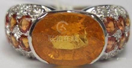 Bague Jonc or blanc 6g80, ornée d'un Grenat Mandarin 3.65 cts (3.63) agrémenté de [...]