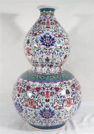 Chine. - Vase double gourde en porcelaine. - Haut : 61 cm. -