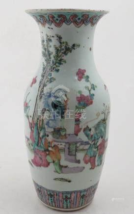 Chine. - Vase en porcelaine à décor de personnages. - XIXème. - Haut : 25 cm. -