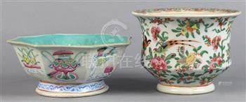 (lot of 2) Chinese porcelain vessels: the first, an export vessel featuring birds amid flowers;