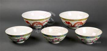 (lot of 5) Chinese porcelain bowls, consisting of three bowls depicting the Three Auspicious Fruits,
