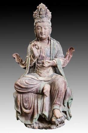 Boddhisatva Kwan In assise en délassement, les deux mains prêchant la doctrine,