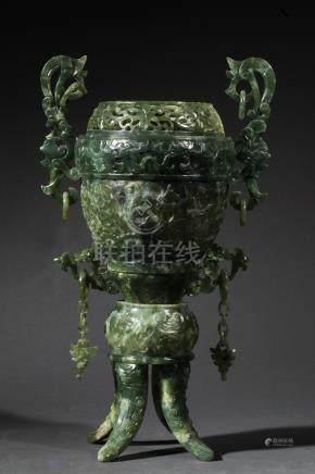 Vase style des Dynasties Archaïques. Chine. XIXeme. Pierre verte. H env 38 cm.