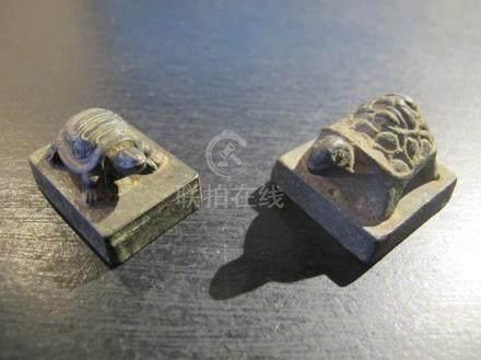 Deux petits sceaux surmontés d'une tortue. Bronze. L 2.8 et 3cm.  Chine. Epoque