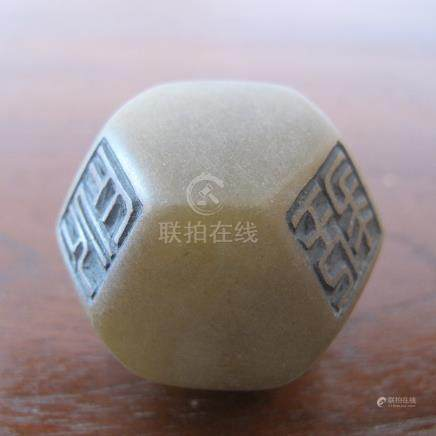 Polyèdre portant six cachets carrés et huit faces hexagonales, jeu de Lettré. S
