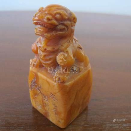 Sceau au lion bouddhique. Stéatite ambrée. L 8x3.5x3.5cm. Chine. Epoque ou styl
