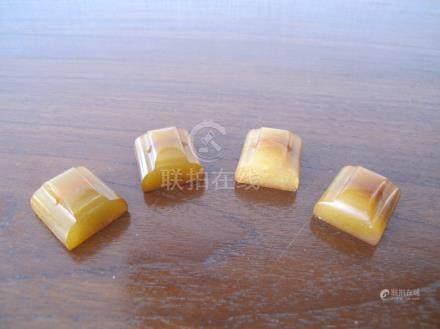 Collection de quatre cachets carrés. Stéatite ambrée. L 2.5cm. Chine.