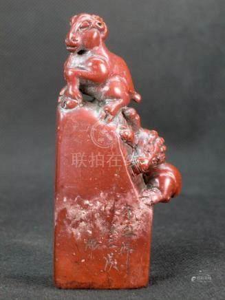 Sceau sculpté aux deux capridés escaladant un rocher. Stéatite rouge « sang de