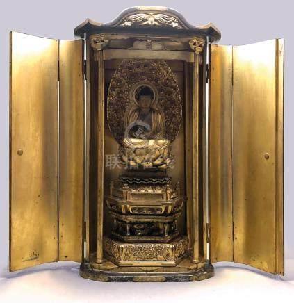 Grand autel portatif (zushi) en bois laqué noir et doré ouvrant par à deux vant