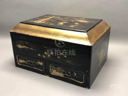 Grand coffret à couture en bois laqué et doré, de forme rectangulaire à couverc