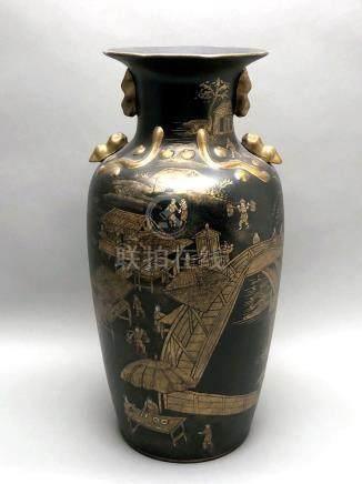 Vase rouleau en porcelaine peinte à l'imation de la laque noire et or. Décor d'