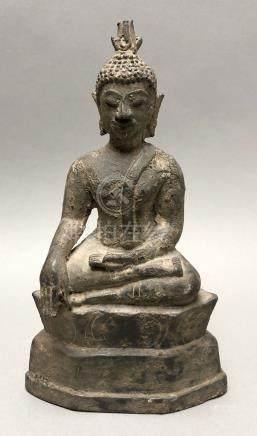 Statuette de Bouddha en bronze patiné représenté assis en padmasana sur un socl