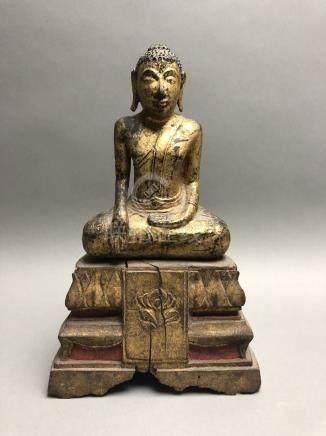 Statuette de Bouddha en bois laqué et doré, représenté assis en méditation sur