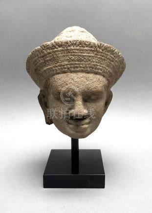 Tête de Vishnu, le visage serein et les yeux en amande, coiffée d'une tiare ser