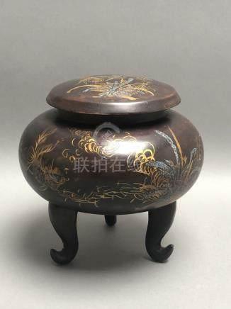 Boite couverte en bois laqué en forme de brûle-parfum tripode. Signé dessous. V