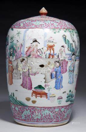 A CHINESE FAMILLE ROSE OVIFORM JAR AND COVER, 19TH/EARLY 20TH C painted with a continuous scene with