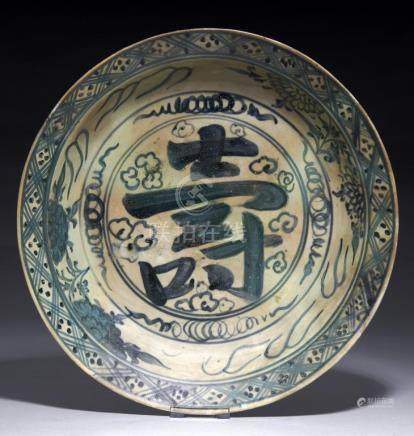 A SWATOW BLUE AND WHITE DISH, QING DYNASTY, 17TH/18TH C 35cm diam++Discolouration and restored