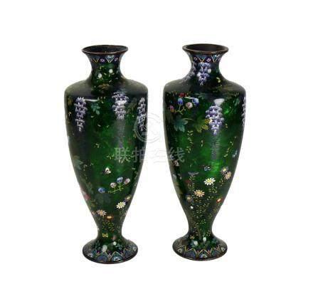 Paar Cloisonné-Vasen (China, um 1900)auf grünem Grund Blüten- und Insektendekor in farbigem Email;