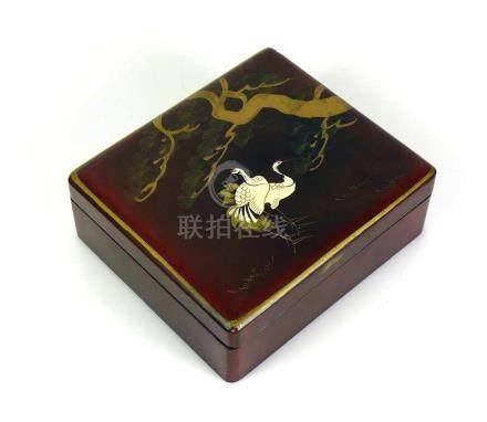 SchatulleRotlack; Deckel mit Tiermotiven und Baum; tlw. in Gold; ca. 6,5 x 17,5 x 15,5 cm