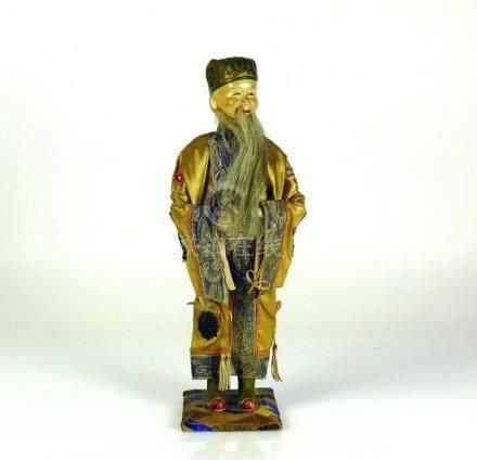 Stehender Weiser (China)mit langem Bart; Mischmassekopf bemalt; seidener Mantel mit feiner