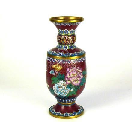 Cloisonné-Vase (China)auf rotem Grund farbiger Blütendekor mit Vogel; H: 26 cm; D: 8,5 cm