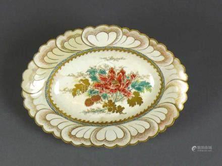 Kleine Satsuma-Schale (Ende 19.Jh.)farbiger, floraler Dekor im Spiegel; ovale Form; schräge Fahne; 4