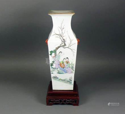 Vase4-kantiger Korpus mit eingezogenem Rücken und leicht ausgestelltem Hals; auf Wandung farbige