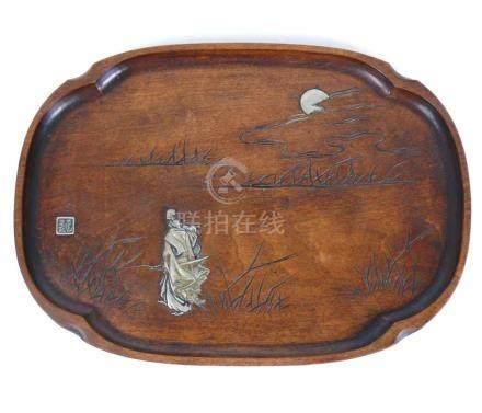 Schale (China, um 1900)Holz, ovale Form; im Spiegel Mann im Relief sowie Mond (wohl Silber); am