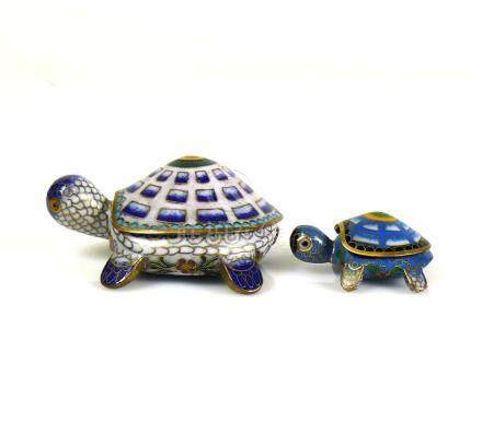 2 Cloisonné-Schildkröten (China)L: 9 bzw. 5,3 cm; farbiger Dekor
