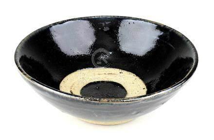 Chinesische Steinzeugkumme, Song-Periode (960 bis 1279), handgetöpferte Schale mit kräftiger brauner