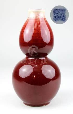 Ochsenblutglasur-Vase, China, Republikzeit (1. H. 20. Jh.), Doppelkürbisform, Porzellan weißer