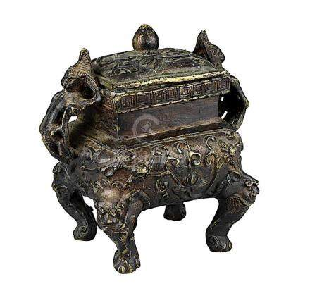 Bronzekoro, China, 1.H.20.Jh., rechteckiger Gelbmetallguss mit reliefierter Wandung auf vier Füßen