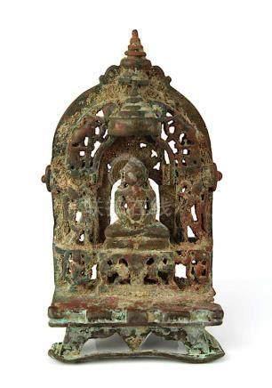 Jain-Altar, Rajasthan/Indien, 15./16.Jh., Tirthankara in meditierender Haltung im Lotossitz auf
