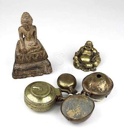 2 kleine Buddhafiguren und 3 Betelnussbehälter, bestehend aus: sitzender Buddha aus Holz, um 1900,