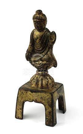 Kleine Buddhafigur, China wohl Tang-Dynastie (618-907), Bronze mit Resten von Vergoldung, Buddha