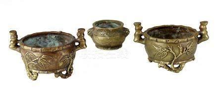 3 Miniatur-Koros, Bronze, China 1. H. 20. Jh., runde Räuchergefäße mit reliefierter Wandung, 2 davon
